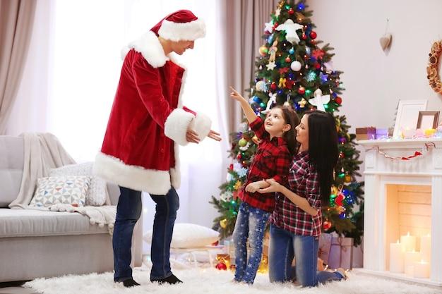 Gelukkige familie veel plezier in de versierde kerstkamer