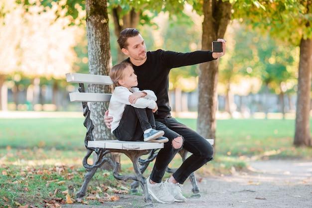 Gelukkige familie veel plezier nemen selfie op mooie herfstdag
