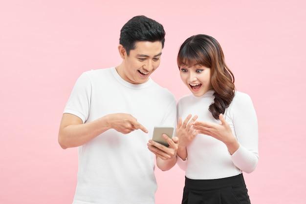 Gelukkige familie verbaasd over internetwinkelverkoop in mobiele app