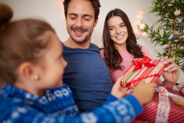 Gelukkige familie vieren kerstmis in bed