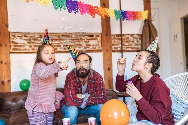 Gelukkige familie vieren meisje verjaardag