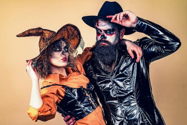 Gelukkige familie vieren voor halloween. halloween-feestpaar. jack-o-lantaarns
