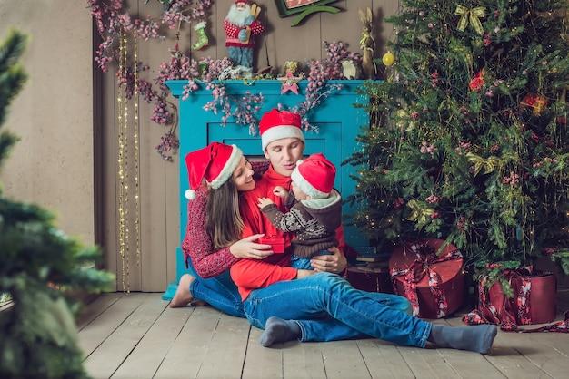 Gelukkige familie viert kerstmis in de buurt van de kerstboom