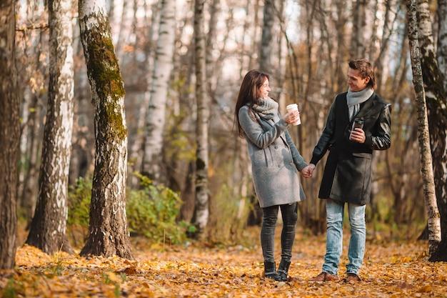 Gelukkige familie wandelen in herfst park op zonnige herfstdag