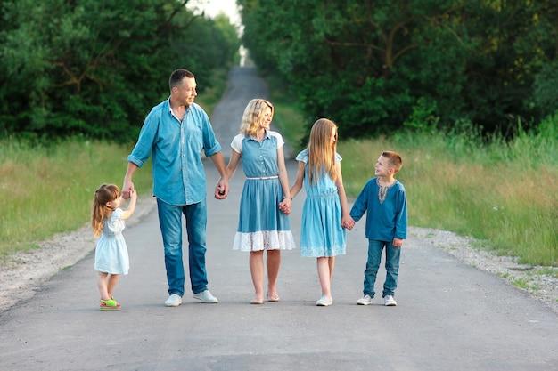 Gelukkige familie wandelen op de weg concept vreugde relatie geluk