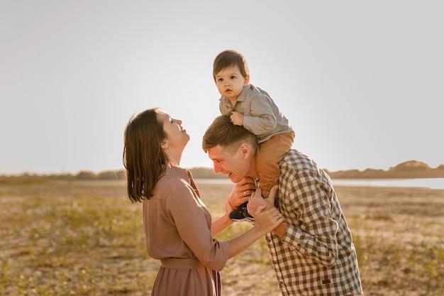 Gelukkige familie wandelen op zandstrand