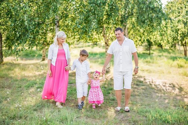 Gelukkige familie wandeling in de zomer in de natuur