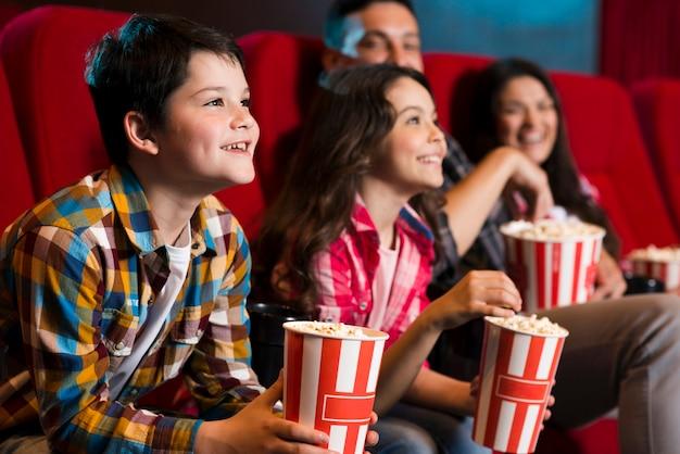 Gelukkige familie zitten in de bioscoop