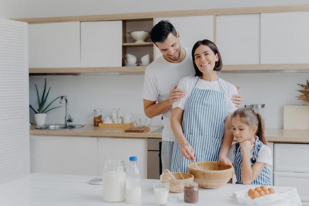 Gelukkige familiekok samen bij keuken.