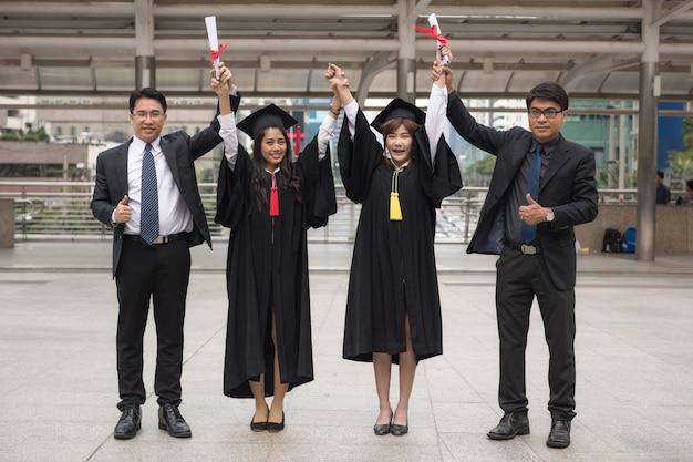 Gelukkige gaduated vrouwelijke student met familie