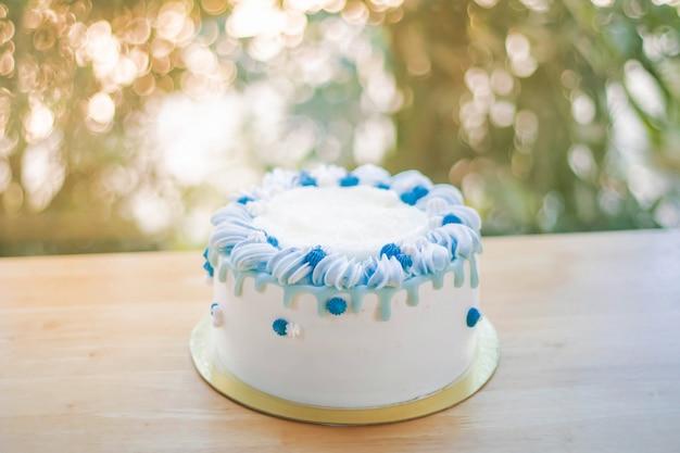 Gelukkige geboortedag cake in de viering