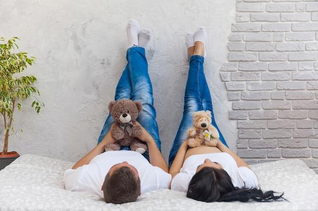 Gelukkige geliefde man en zwangere vrouw thuis