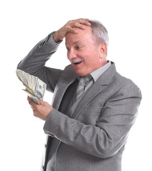 Gelukkige geschokte senirzakenman met geïsoleerd geld