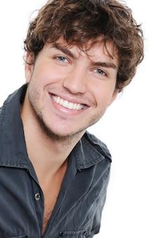 Gelukkige glimlach en gezonde tanden op het gezicht van de jonge man over wit
