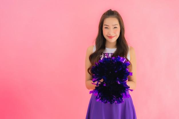 Gelukkige glimlach van de portret de mooie jonge aziatische vrouw cheerleader