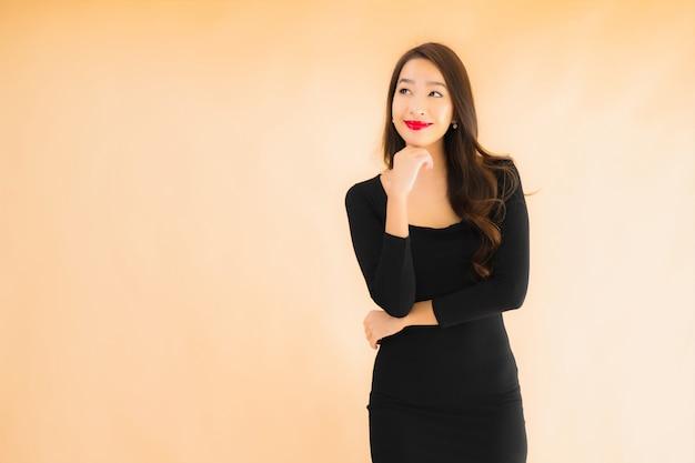 Gelukkige glimlach van de portret de mooie jonge aziatische vrouw in actie