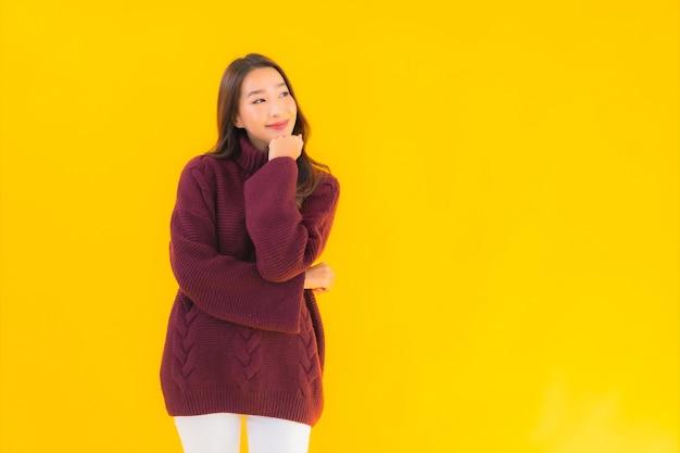 Gelukkige glimlach van de portret de mooie jonge aziatische vrouw