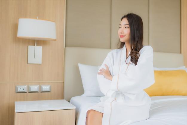 Gelukkige glimlach van de portret ontspant de mooie jonge aziatische vrouw en vrije tijd