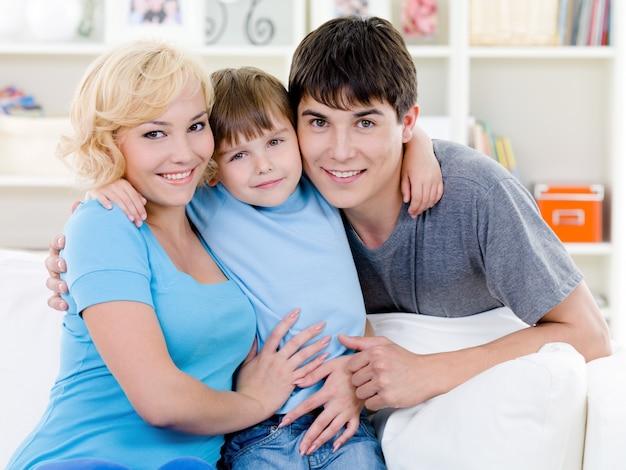 Gelukkige glimlachende familie thuis