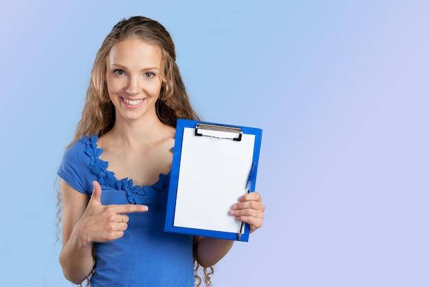 Gelukkige glimlachende jonge mooie bedrijfsvrouw met klembord