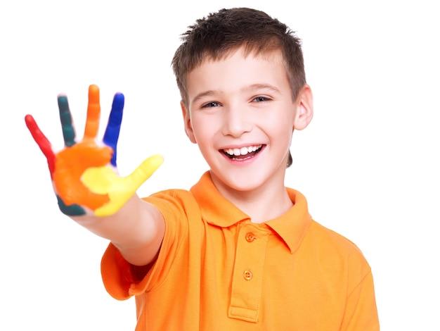 Gelukkige glimlachende jongen met een geschilderde hand die op wit wordt geïsoleerd.