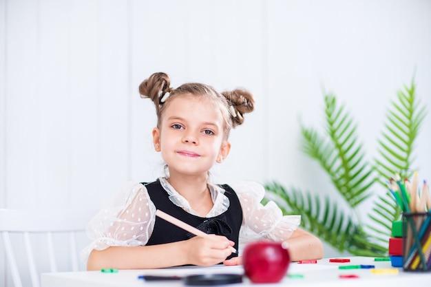 Gelukkige glimlachende leerling aan de balie
