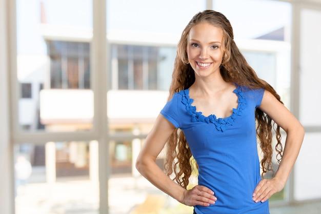Gelukkige glimlachende mooie jonge vrouw