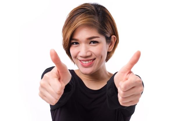 Gelukkige glimlachende vrouw die twee duimen opgeeft