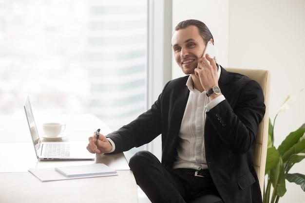 Gelukkige glimlachende zakenman