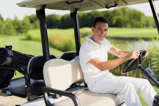 Gelukkige golfspeler in de auto luxe actieve recreatie.