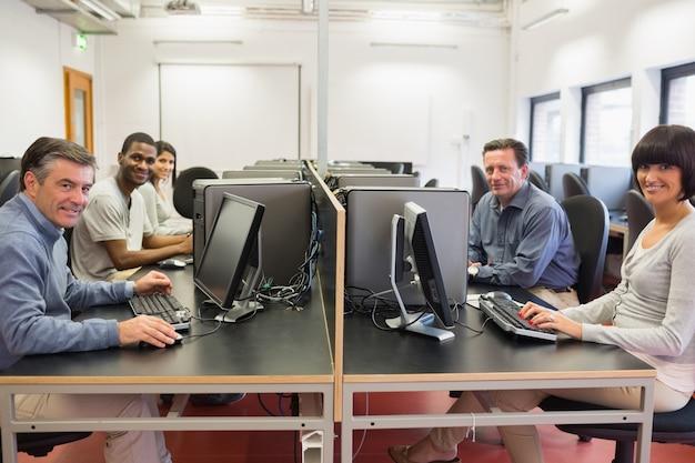 Gelukkige groep in een computerruimte