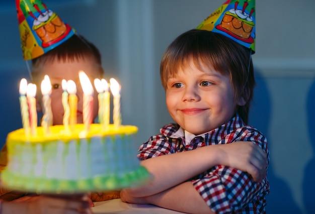Gelukkige groep kinderen op verjaardagsfeestje.