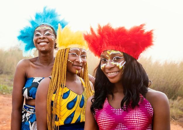 Gelukkige groep vrienden bij afrikaans carnaval