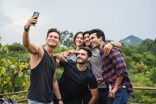 Gelukkige groep vrienden die een selfie foto met smartphone camera