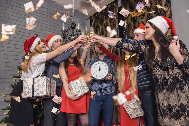 Gelukkige groep vrienden die nieuwe jaarnacht vieren