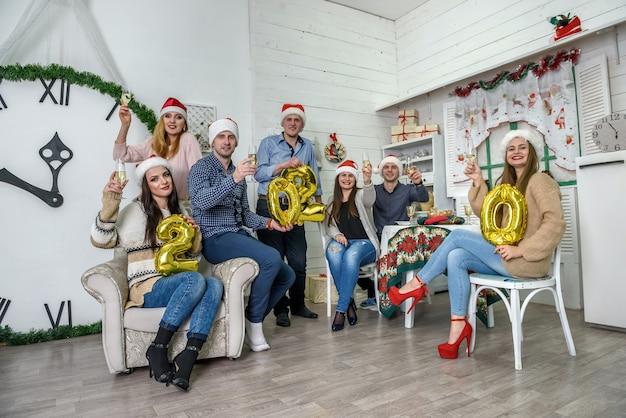 Gelukkige groep vrienden die nieuwjaarsnacht vieren