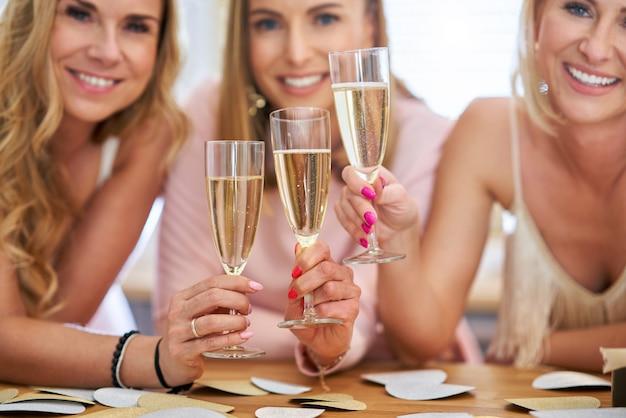 Gelukkige groep vrienden die verjaardag vieren