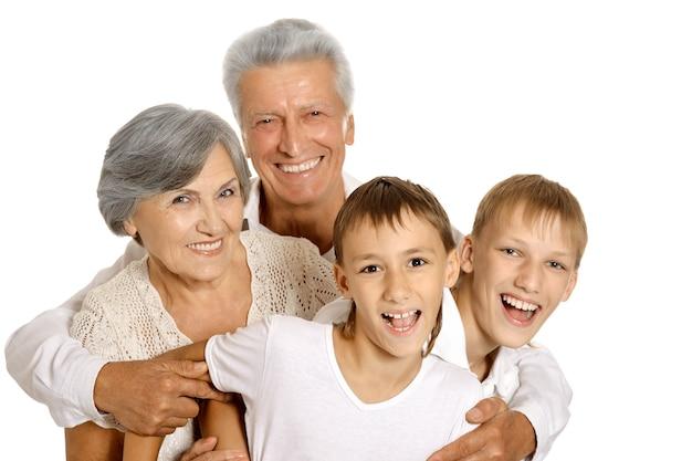 Gelukkige grootouders en hun twee kleinkinderen op een witte achtergrond