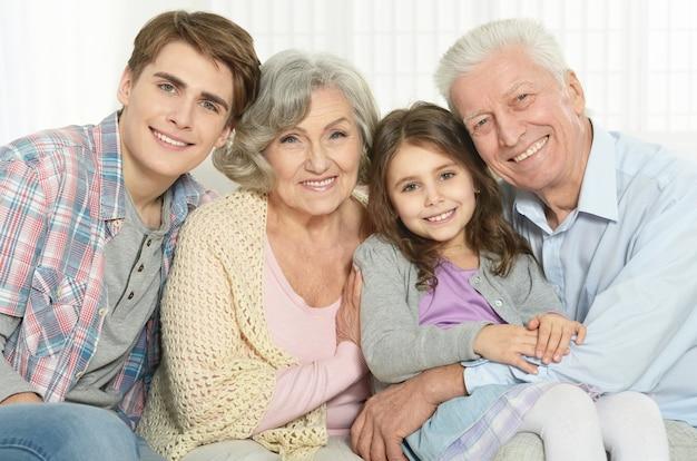 Gelukkige grootouders en hun twee kleinkinderen thuis