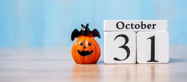 Gelukkige halloween-dag met 31 oktober-kalender en pompoen