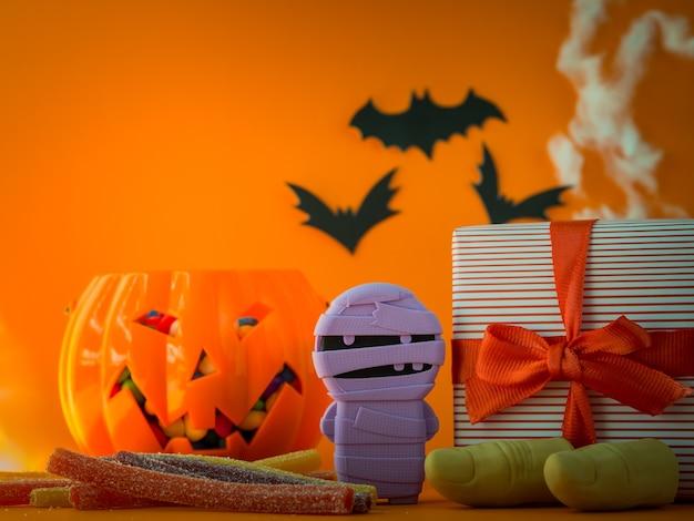Gelukkige halloween-decoratie en suikergoed op oranje achtergrond