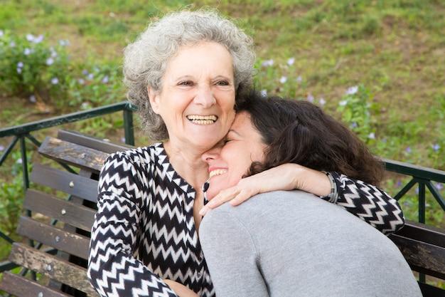 Gelukkige hogere dame die grote tijd met dochter doorbrengt