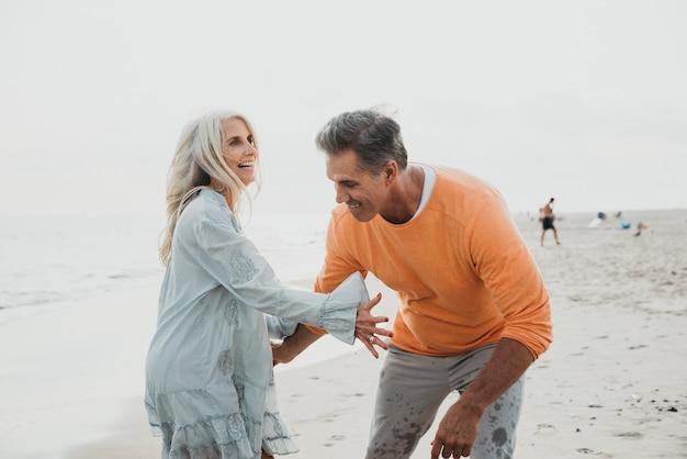 Gelukkige hogere paar tijd doorbrengen op het strand. concepten over liefde, anciënniteit en mensen