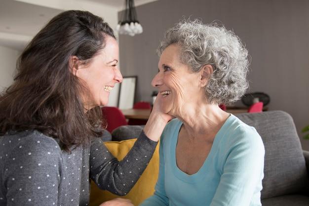 Gelukkige hogere vrouw en haar dochter het babbelen