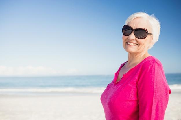 Gelukkige hogere vrouw met zonnebril het glimlachen