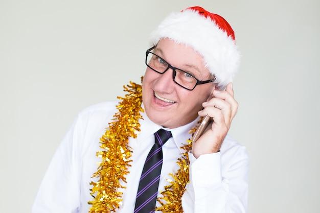 Gelukkige hogere zakenman die op mobiele telefoon spreekt