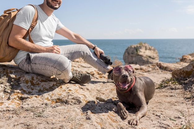 Gelukkige hond die zonnebril draagt