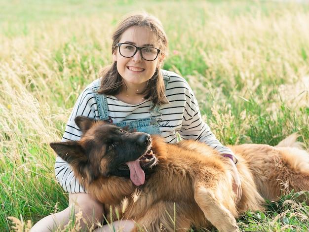 Gelukkige hond en eigenaar genieten van de natuur in het park