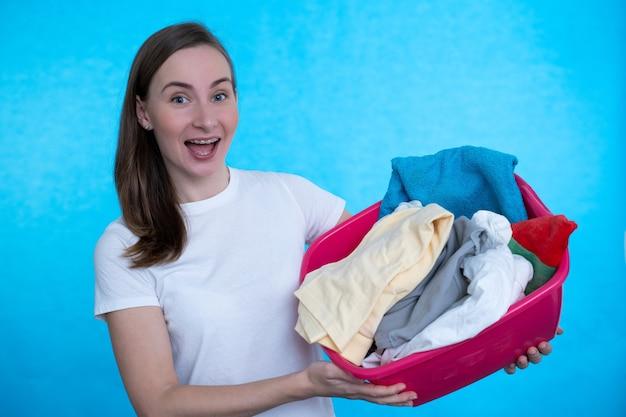 Gelukkige huisvrouw met schone gewassen kleren