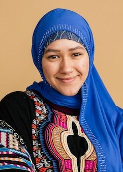 Gelukkige islamitische vrouw in een blauwe hijab